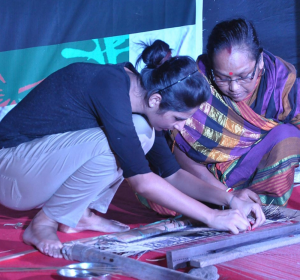 Weaving Madurkathi with the artists